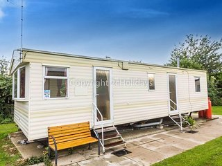 6 berth caravan at Manor Park Holiday Park. In Hunstanton, Norfolk. REF 23066C