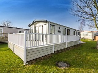 6 berth caravan at Carlton Meres Holiday Park, in Saxmundham. REF 60021R