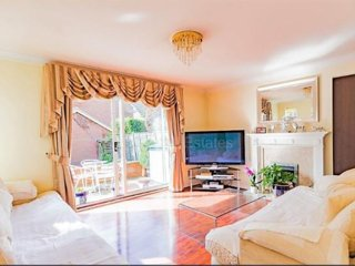 4 Bedroom Detached House : Room 1