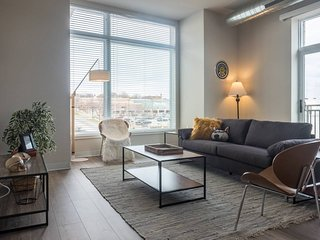MODERN, INDUSTRIAL 2BR ON RIVERFRONT W/ PARKING
