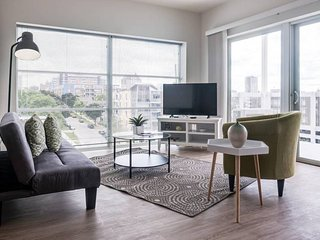 CHIC, CENTRAL APT W/ CITY VIEWS & FREE PARKING