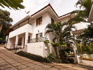 Luxurious 3BR Holiday Home in North Goa with home-cook & a common pool