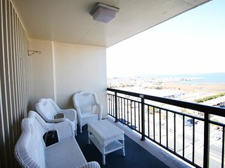 16th Floor Ocean Side Condo w/Pool,Elevator and Balcony!
