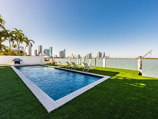 Huge waterfront villa, 8 Beds with pool and jacuzzi !