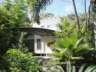 6 Ibis Court - Modern tropical family home with inground swimming pool & outdoor