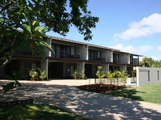 Unit 2 Rainbow Surf - Modern, double storey townhouse with large shared pool, cl