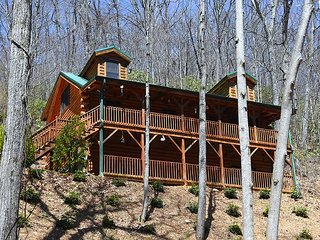 3 Bedroom 3 Bath Cabin  Paved Access, Views, Garage, Hot Tub, Game Room, WIFI