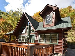 3 Bedroom 3.5 Bath Cozy Cabin, Private, Super Views, WIFI, Close to Parkway