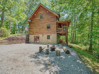 2 BD 3 BA Cabin w/Loft Sleeps 8-10, Hot Tub Game Room Private Wood Fire Place
