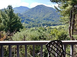2 BD 2 1/2 BA Retreat with easy, year-round access, Spectacular views, WIFI