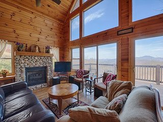 5 Bedroom 3 Bath Log Cabin Awesome Views, Game Room, Hot Tub. Gas Fireplace