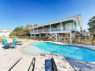 Sunny 4BR w/ Spacious Balcony, PRIVATE POOL, just 2 Blocks to Beach,
