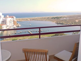 Estudio vistas Bahia de Rosas, ideal parejas, piscinas y terraza frente al mar.