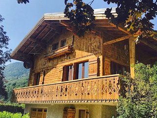 Beautiful chalet with wood fire, hot tub, wifi, walk to Lac Bleu, ski bus 100m