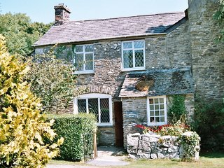 PLOUGHMAN'S - Three-Bedroom Real Cornish Farmhouse: Sleeps 6+1