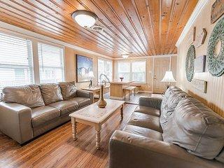 Short walk to Beach, 3 Bedroom/2 Bath Duplex 7 (up) Cottage w/pool access