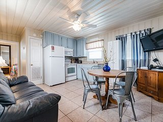 Short walk to Beach, Private poolside cottage-5---- 1 Bed/1 Bath near Main St