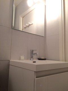 avec son meuble vasque, ses tiroirs et son miroir.