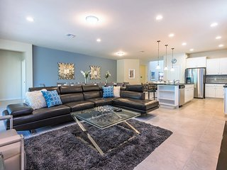 New 8BR 6bth Luxury Resort home w/private pool, spa & gameroom