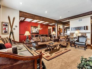 Spacious Condo close to the slopes! Comes with private hot tub!