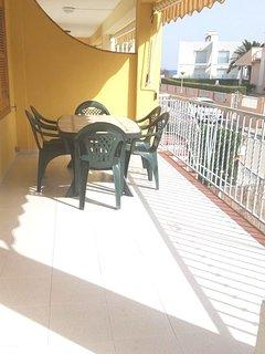 Amplia terraza con toldo
