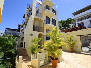 Pretty condo just two streets of Downtown, near beach and with mountain views