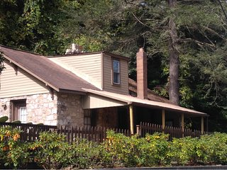 WATERFRONT !  HOT TUB!  Fisherman's Dream. Fully staffed w/mgr on premise