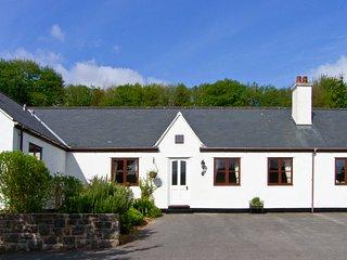 THE COTTAGE, ground floor bungalow, off road parking, garden, Ref 981942