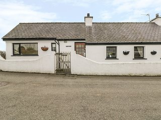 BWLCH Y FEDWEN BACH, countryside views, WiFi, near Newborough, Ref 981695