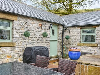 THE CHURCH INN COTTAGE, open-plan, all en-suites, Peak District National Park