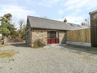 PARC COTTAGE, enclosed garden, wifi, open plan, Llandwyn Bay 2 miles. Ref