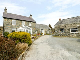 BWTHYN AEL Y BRYN, open plan, semi-detached, near Criccieth, Ref 980625