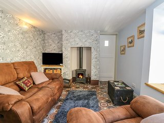 ROSE COTTAGE, woodburner, en-suite bedroom, close to the sea front, in Deal