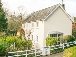 THE GATE HOUSE, woodburner, countryside views, on Camel Cycle Trail, Ref 980272