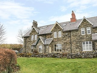 RAILWAY COTTAGE, views of Steam Railway, Yorkshire Dales, Smart TV, Ref 977856