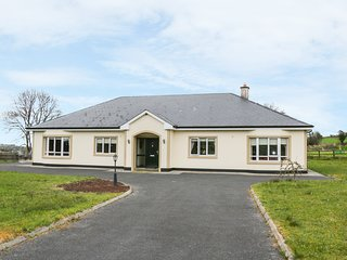 SWALLOWS NEST, open fire, WiFi, countryside location, near Aughnacliffe, Ref 976