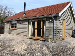 ROCK HOUSE LODGE, open-plan, en-suite, near High Weald AONB, Ref 974241