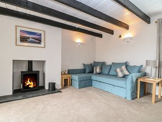 COSY COTTAGE, in St Austell, exposed beams, woodburner, Ref 973599