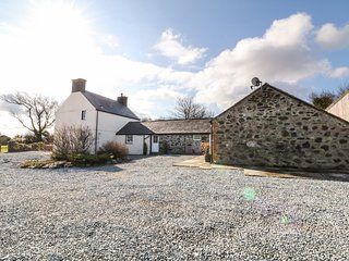 RHOS Y FOEL, former farmhouse, en-suite bedroom, WiFi, Ref 973368