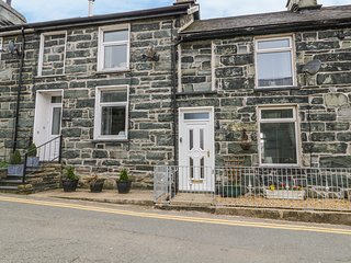 8 PEN Y GARREG, woodburner, coast nearby, mountain views, in Trawsfynydd