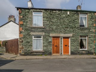 CAPELLA COTTAGE, WiFi, traditional cottage, dogs welcome, wood burning stove, co