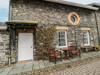THE HAYLOFT, characterful, romantic, lake views, Near Keswick Ref 972331