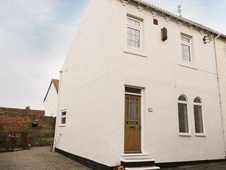 SANDS END COTTAGE, cosy cottage, close to the beach, dog friendly, in Marske-by-