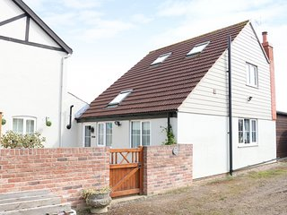 HOLKHAM HOUSE COTTAGE, open-plan living, Sky TV, Jacuzzi bath, Ref 970106