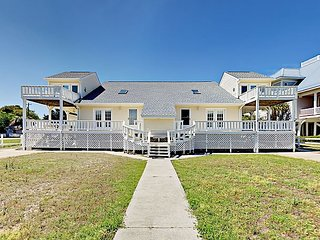 Quaint 3BR w/ Balcony & 2 Living Rooms - Walk to the Beach