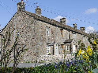 PARK GRANGE COTTAGE, high-quality interior, centre of Threshfield, Grassington