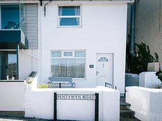 1 GLANRAFON TERRACE, open plan, scenic views, pet friendly, in Deganwy, Ref. 963