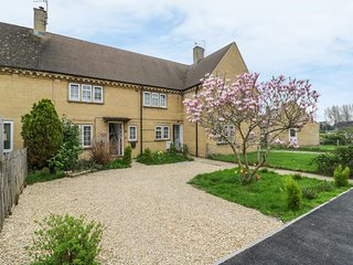 4 RYE CLOSE, woodburner, enclosed garden, in Bourton-on-the-Water, Ref 962547