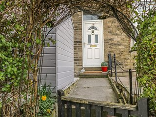 ANGEL COTTAGE, perfect for families, close to the highstreet, patio areas, in