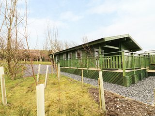 ELM LODGE, open-plan, decking with hot tub and views, near Lake District, Ref 95